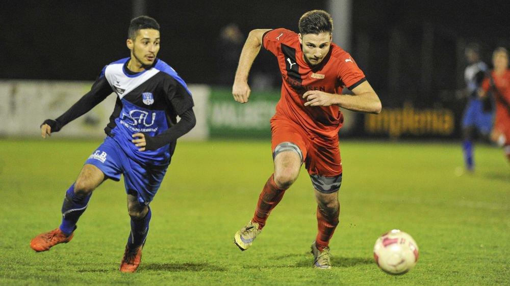 Samuel Riedo du FC Sierre tente d'échapper à Dan Meyer de l'US Collombey-Muraz. Les Sierrois font la course en tête au terme du premier tour.