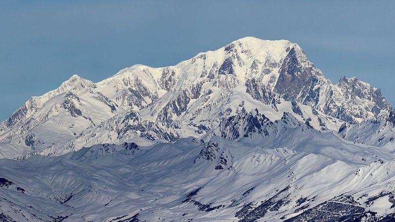 En Haute-Savoie, autorités et guides de montagne planchent sur une réduction des équipements qui peuvent favoriser l'ascension du Mont Blanc.