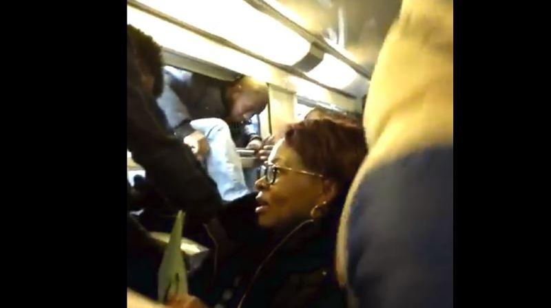Grève SNCF en France: prêts à tout pour prendre leur train, ils passent par les fenêtres
