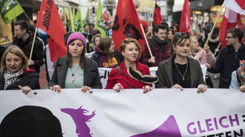 Desfemmes et des hommesont manifesté en Suisse pour obtenir enfin l'égalité salariale