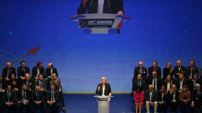 """Marine Le Pen a été réélue à la tête de son parti qu'elle veut rebaptiser en """"Rassemblement national""""."""