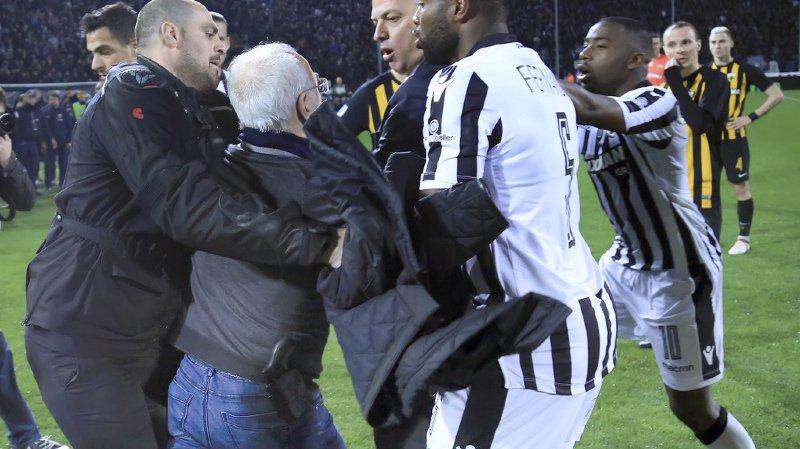 Cette décision d'interrompre le championnat intervient après l'irruption armée dimanche sur le terrain du président du PAOK Salonique, Ivan Savvidis, lors d'un match avec AEK d'Athènes.