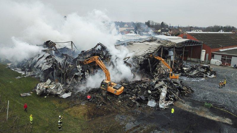 Les dégâts causés par l'incendie se chiffrent en millions de francs. Environ 1000 tonnes de pommes et de légumes ont été détruites.