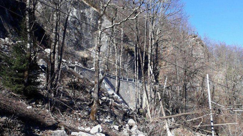 Les pompiers déblaient la zone et des spécialistes vérifient s'il y a un risque que d'autres glissements de terrain ou chutes de rochers se produisent.