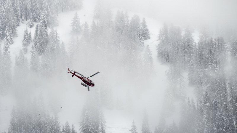 La faible visibilité et le fort vent contraint les hélicoptères à suspendre temporairement les recherches.