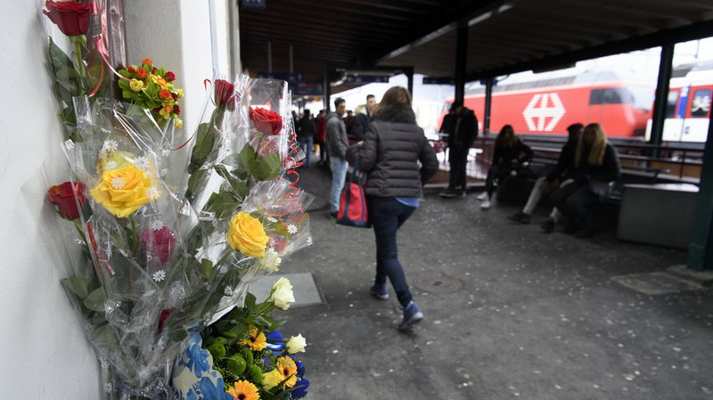 Des fleurs sur le quai de la gare de Martigny où l'apprenti camerounais établi à Martigny a trouvé la mort vendredi.