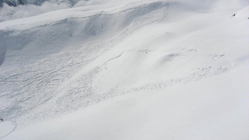 L'avalanche est survenue entre Fiesch et Fiescheralp, hors du domaine skiable, à une altitude de 2 450 mètres.