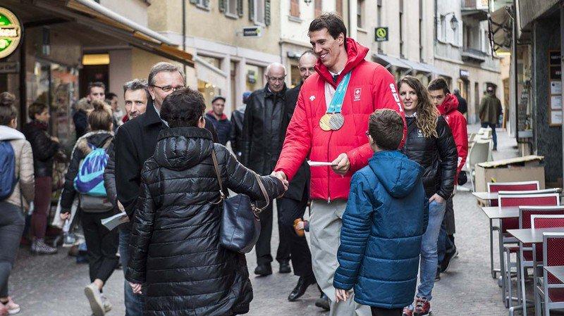 Ramon Zenhäusern salue ses supporters lors de la réception organisée pour les lauréats olympiques à Sion après les JO de Pyeonchang.