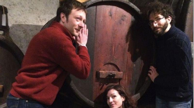 Les chercheurs et artistes  Nathan Belval et Emiliano Battistini en compagnie de Mélanie Hugon Duc, commissaire de l'exposition.