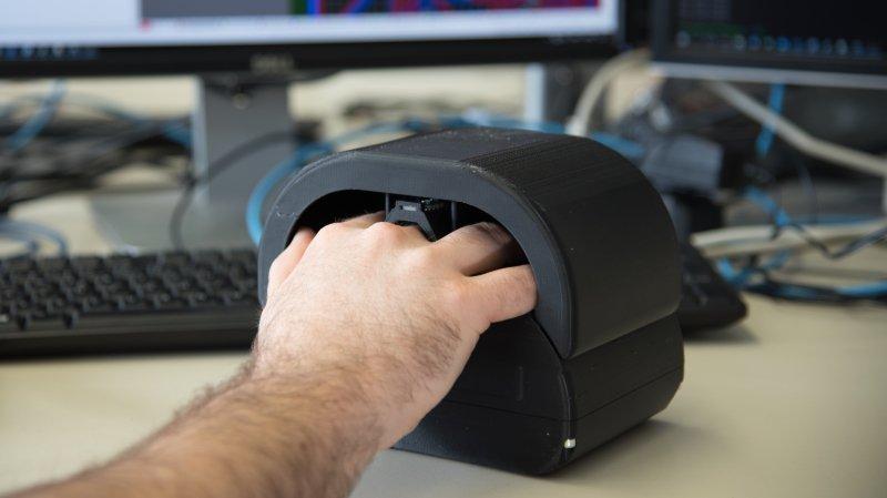 Grâce à un système de 3 caméras, le réseau veineux de la main offre une sécurité d'identification plus efficace que les normes actuelles.