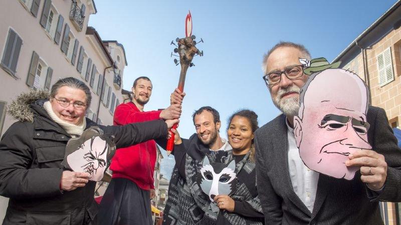 Autour du porteur de flamme, ce vendredi à Sion, l'équipe de rédaction de La Torche 2.0: le journaliste Joël Cerutti (à gauche), les dessinateurs Pigr (Igor Paratte) et (François) Maret et Ia chroniqueuse Estelle Borel.