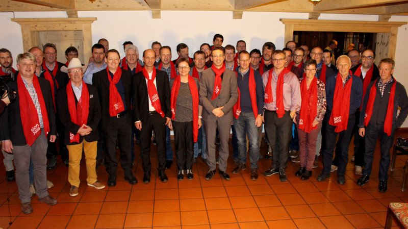 Les présidents des communes de montagne du Haut entourent le conseiller d'Etat Frédéric Favre.