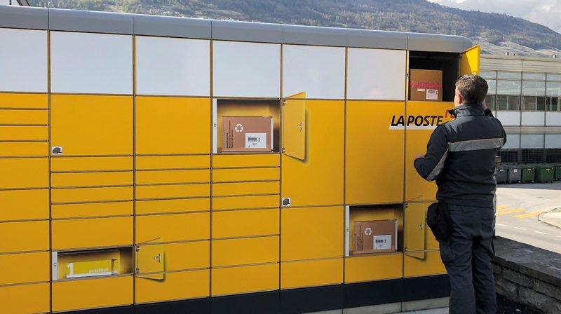 """L'automate """"My Post 24"""" est situé à la place de la gare de Sion, derrière le kiosque de La Poste. Il comprend 89 compartiments."""