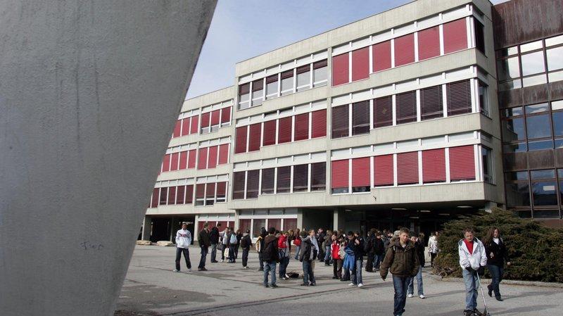 Une image de sortie des classes des bâtiments du CO de Saint-Guérin prise en 2009.