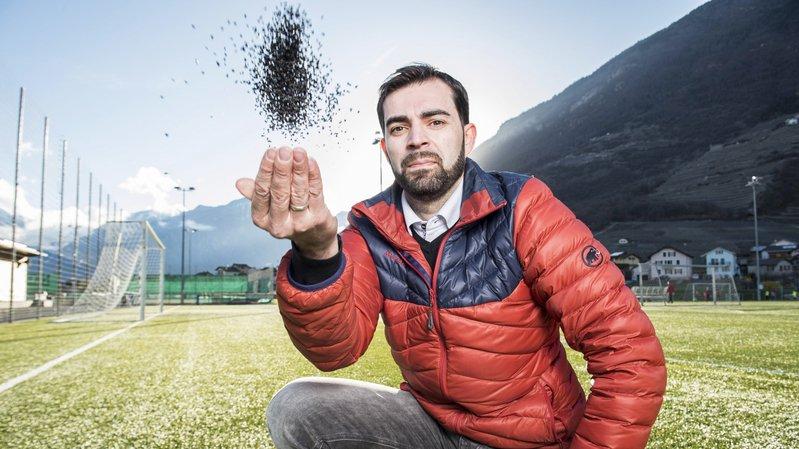Coprésident du FC Fully, Roberto Ançay lance les granulats noirs issus de pneus recyclés et utilisés pour certains terrains synthétiques comme celui de Charnot.