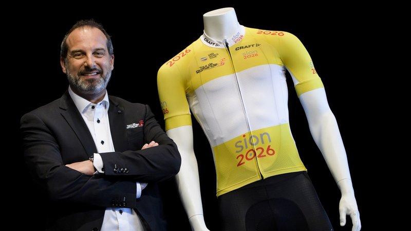 Richard Chassot, directeur général du Tour de Romandie, au côté du maillot jaune de leader, lequel arbore le logo de la candidature Sion 2026.