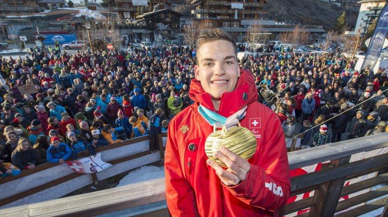 Théo Gmür, inconnu du grand public avant les Jeux paralympiques de PyeongChang, a été fêté dignement par sa commune de Nendaz à son retour de Corée du Sud.