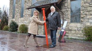 Martigny : Patrimoine suisse plante son clou rouge devant la chapelle protestante