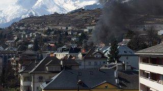 Le toit d'un immeuble ravagé par les flammes au nord de Sion