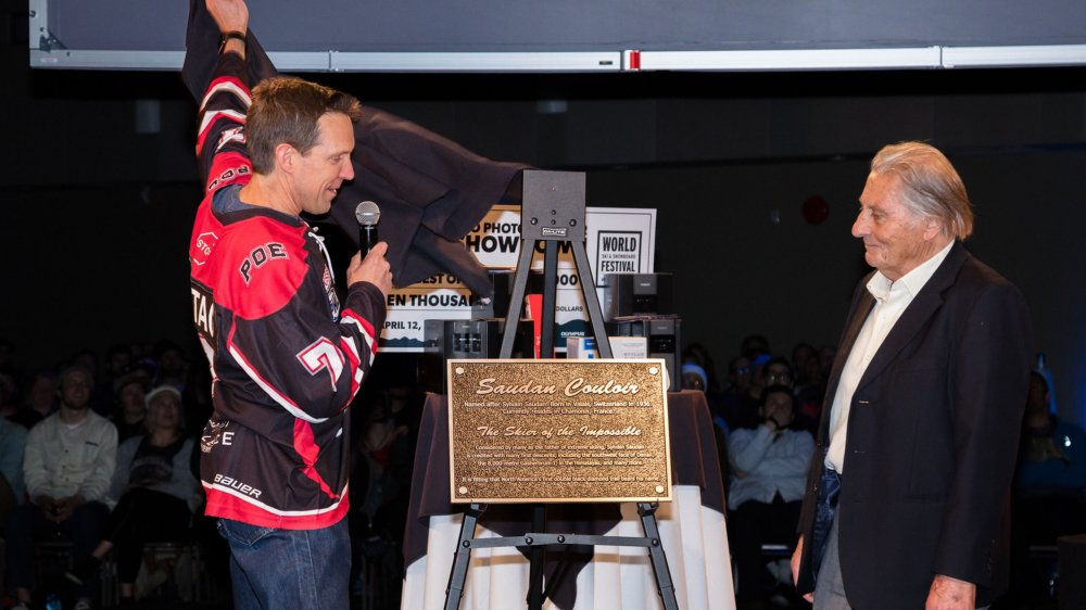 Sylvain Saudan découvre la plaque, en son honneur, qui sera posée au sommet de la piste.