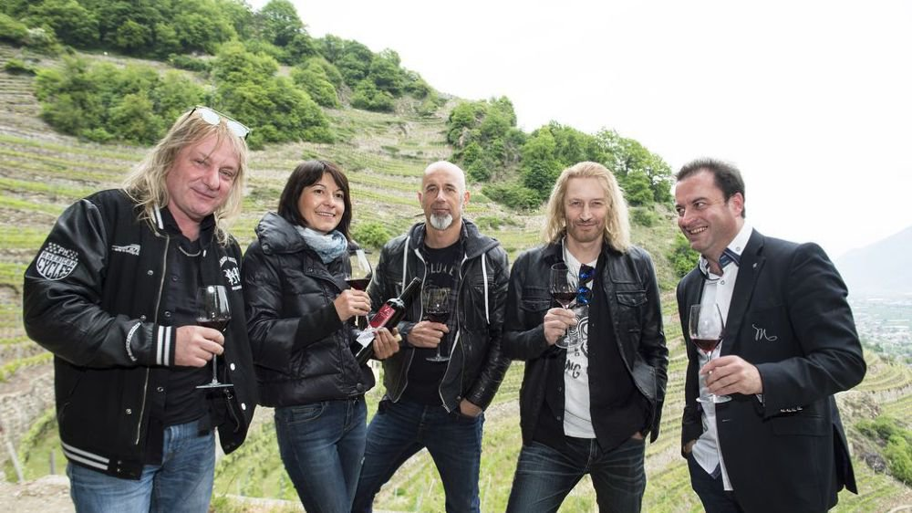 Leo Leoni, la vigneronne Valentina Andrei, Freddy Scherrer, Nic Maeder et Nicolas Wuest, créateur de Magnificients (de g. à dr.), à l'heure de la dégustation dans le vignoble valaisan.
