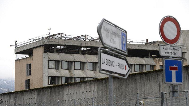 Le fait que La Pâquerette se trouvait à l'intérieur de la prison de Champ-Dollon pose aussi problème.