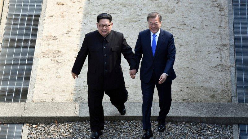 Le dirigeant nord-coréen Kim Jong-un et le président sud-coréen Moon Jae-in au moment de franchir la frontière entre les deux Corées.