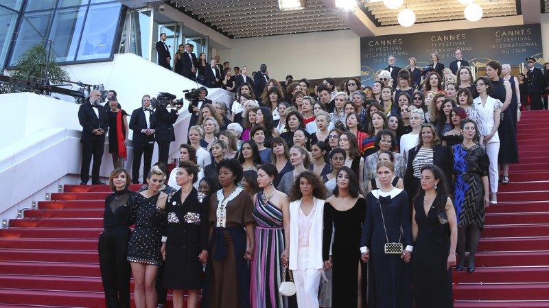 82 professionnelles du cinéma ont monté les marches du Palais des Festivals, pour dénoncer les inégalités salariales dans le domaine du cinéma.
