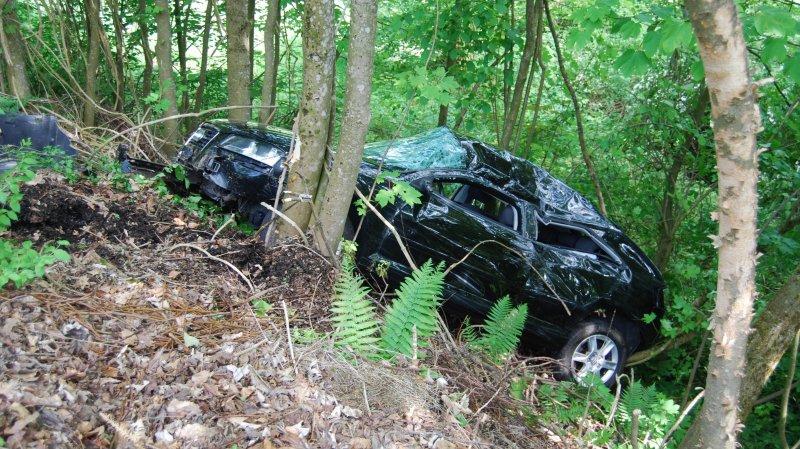 Le véhicule a terminé sa course dans la forêt en contrebas du terrain de golf.