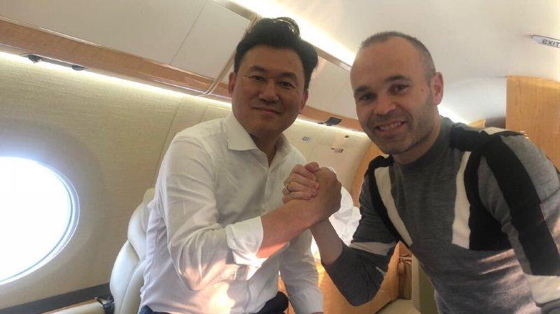 Iniesta et Hiroshi Mikitani, qui a fait fortune dans la vente en ligne au Japon et qui s'offre l'un des meilleurs joueurs de la planète.