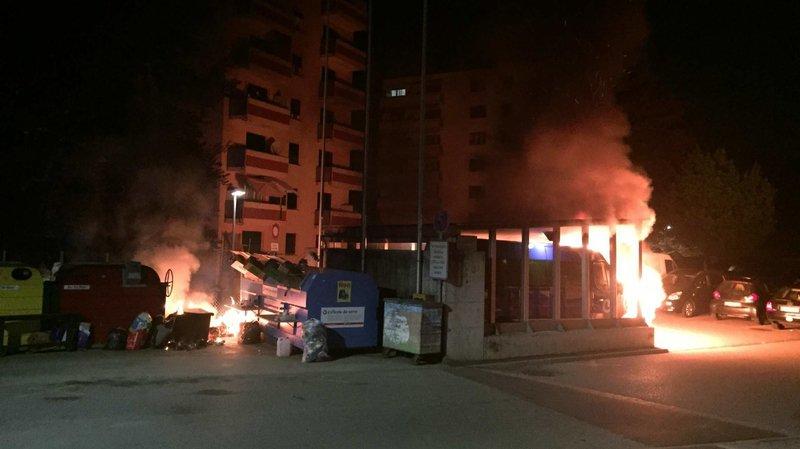 Fribourg: 2 bus scolaires en feu pendant la nuit à Villars-sur-Glâne, la police lance un appel à témoins