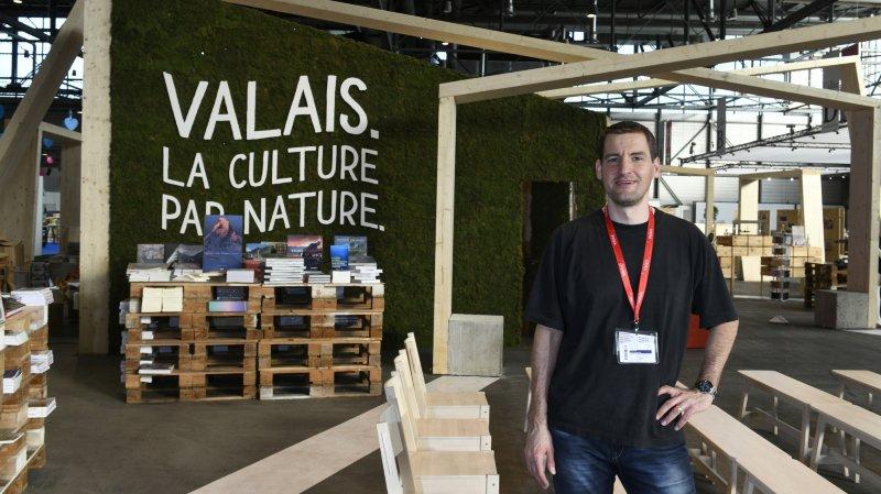 Jean-Pierre Pralong, directeur de Culture Valais devant le stand du Valais. Les quelques derniers ajustement cosmétiques achevés, il sera prêt à accueillir les curieux.  christian bonzon