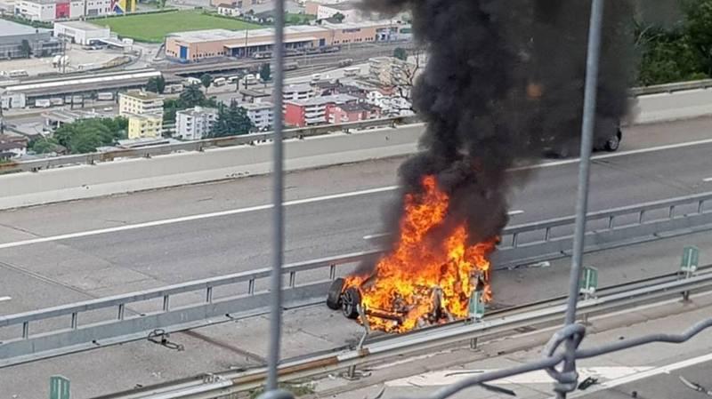 Tessin: un homme meurt dans l'incendie d'une Tesla, la batterie en cause selon les pompiers, le constructeur enquête