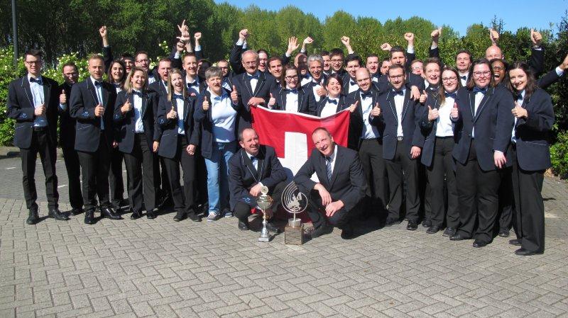 Au lendemain de sa victoire, le Valaisia Brass Band pose pour la photo-souvenir avec ses nouveaux trophées.