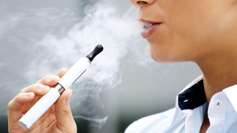 Avec ce vote du Grand Conseil, le Valais devient le premier canton suisse à légiférer et donc à interdire la vente d'e-cigarettes aux mineurs.