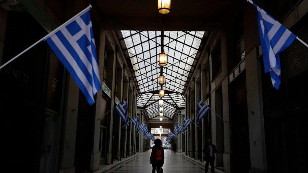 A l'image de cette galerie marchande déserte du centre d'Athènes,  les Grecs espèrent sortir bientôt d'un long tunnel: celui de la crise  qu'ils ont subie depuis plusieurs années.