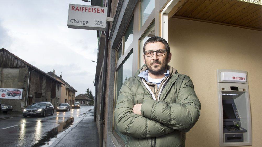 Durant son mandat, Laurent Benozzi, conseiller communal de St-Gingolph, s'est battu contre la suppression du dernier bancomat (Raiffeisen) du village.