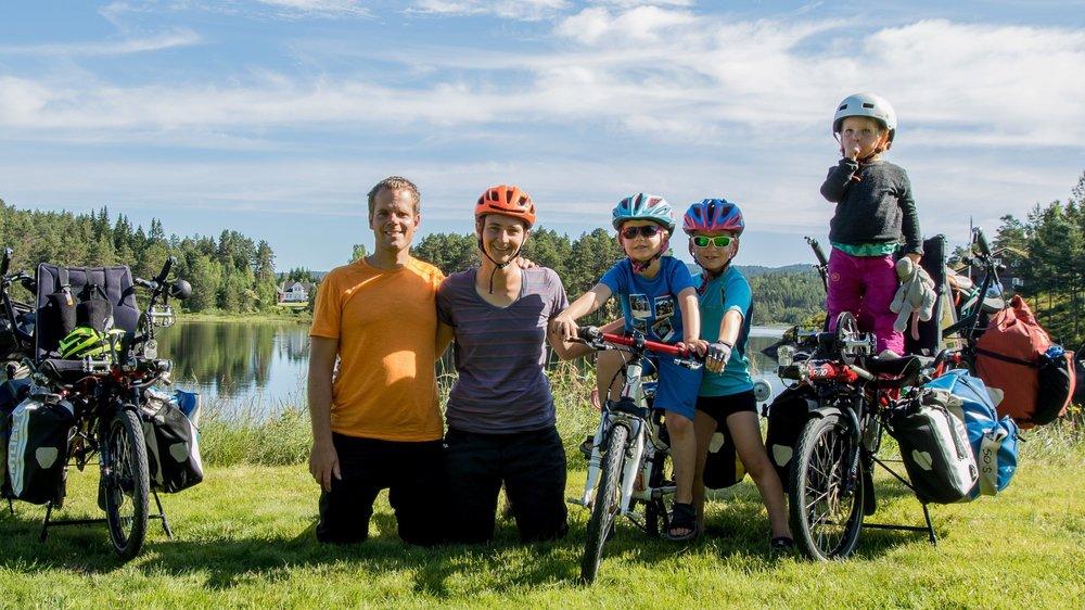 Yannick et Valérie Bischoff et leurs enfants, qui ont commencé leur tour de Suisse à vélo avant la fin de l'année scolaire, passent une partie de l'année dans le canton de Vaud pour pouvoir réaliser l'école à la maison.