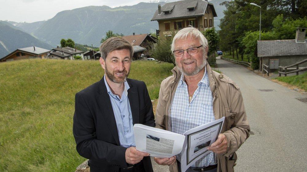 Olivier Bender, conseiller communal de Vollèges et Léonard Ribordy, habitant et auteur d'ouvrages sur Chemin échangent sur la particularité du village, perché entre deux vallées.