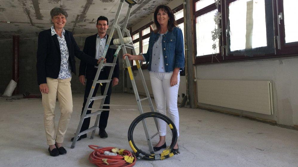 Marie-Claire Combe, vice-présidente d'Icogne, David Bagnoud, président de Lens et Romaine Duc-Bonvin, présidente de la commission de la santé de la commune de Crans-Montana, sur le chantier du premier pôle du centre médical intercommunal du Haut-Plateau.
