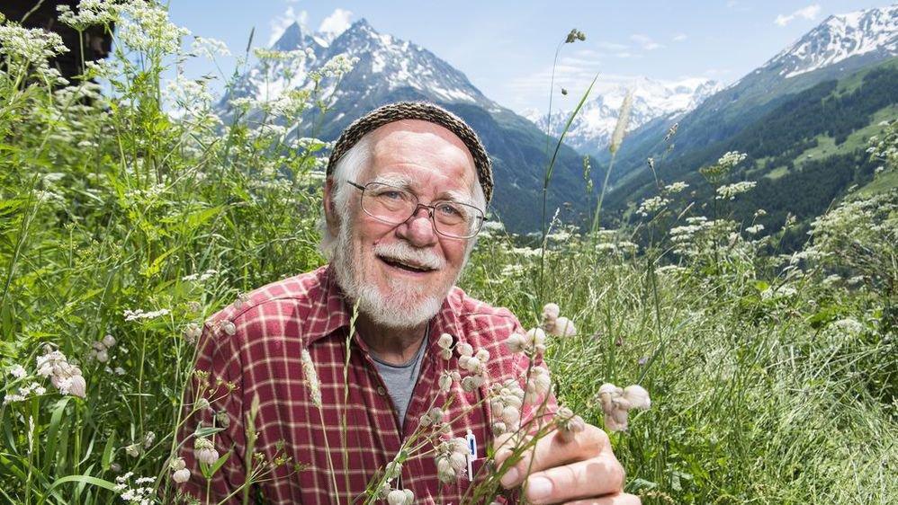 Jacques Dubochet, Prix Nobel de chimie 2017, dans son élément sur la prairie valaisanne.