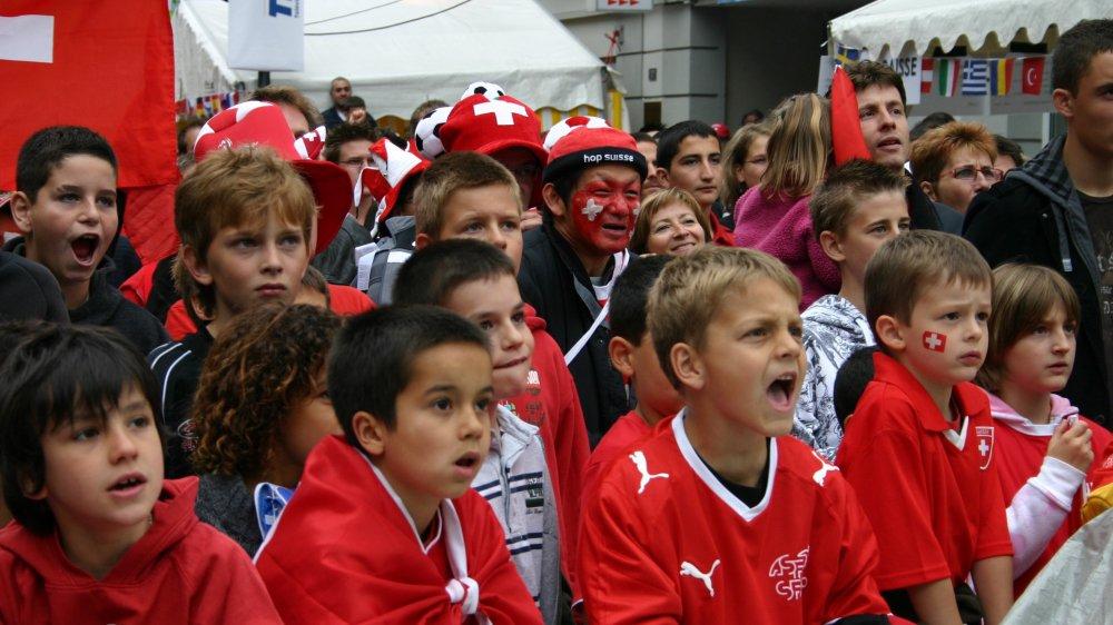 Les jeunes supporters suisses sont prêts à s'enflammer pour la Nati, à la place Tübingen et à la patinoire.