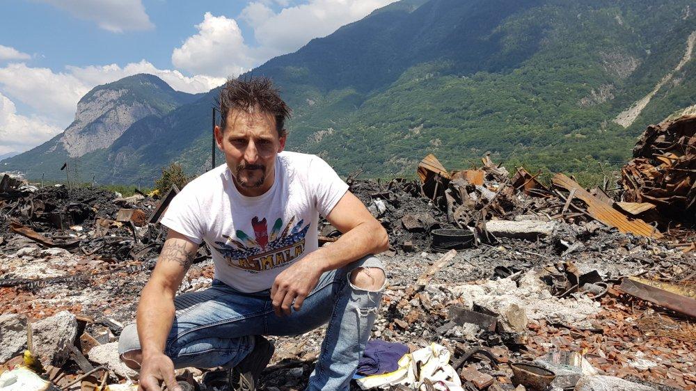 Frédéric Taramarcaz a tenté de retrouver certaines affaires dans les débris de l'incendie.