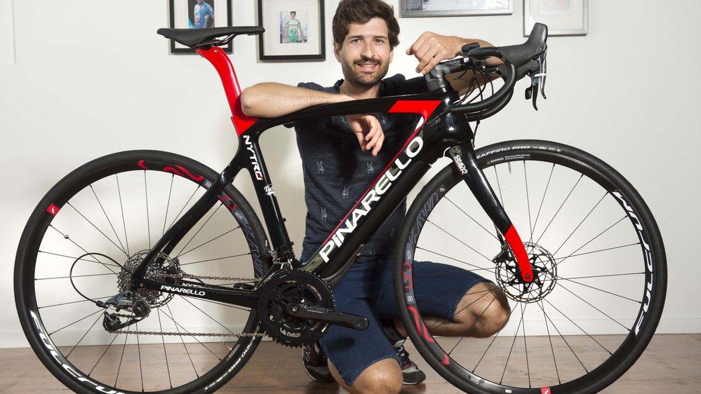 Johann Tschopp, propriétaire d'un magasin de cycles à Sion, présente le nouveau vélo de course électrique.