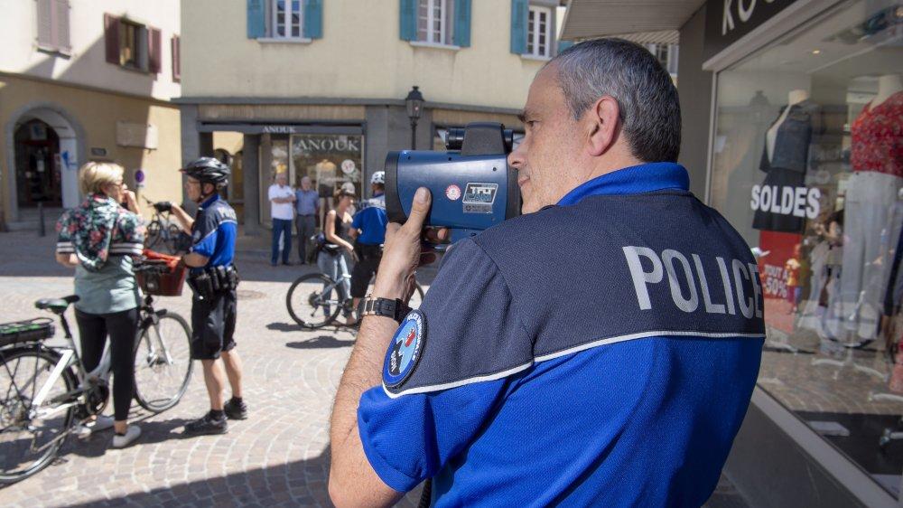 Le sergent Michellod contrôle la vitesse des cyclistes puis ses collègues se chargent de sensibiliser les habitués.
