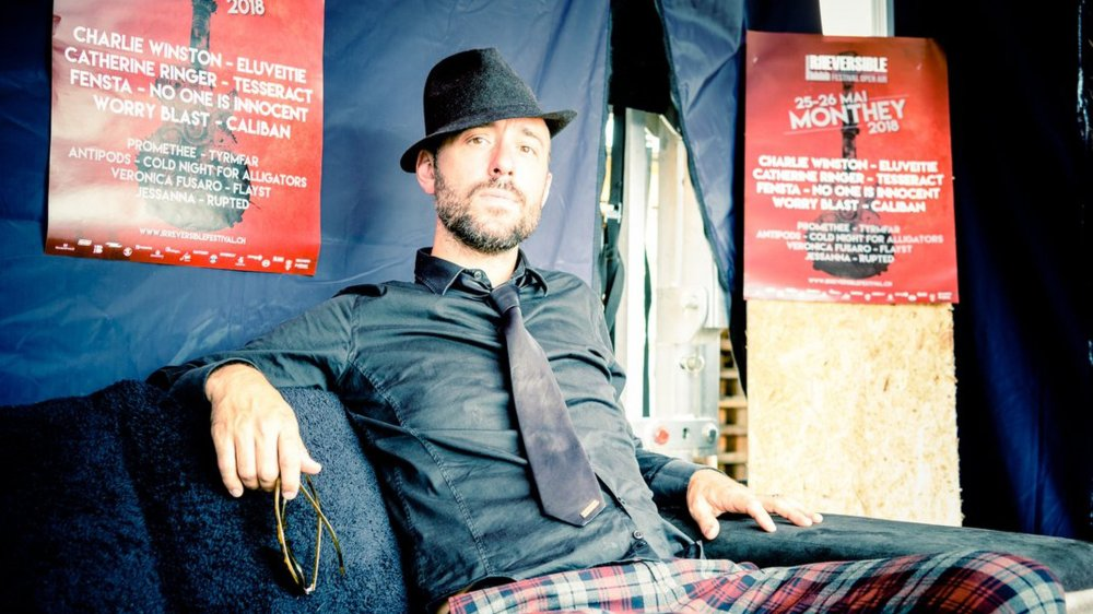 Charlie Winston dans les coulisses de l'Irréversible Festival, décontracté à quelques heures de monter sur scène.