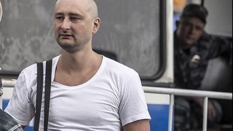 Le journaliste russe d'opposition Arkadi Babtchenko, qu'on croyait mort assassiné mardi à Kiev, est apparu bien vivant mercredi lors d'une conférence de presse.
