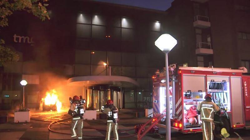 """Amsterdam: un véhicule fonce dans le bâtiment du quotidien """"De Telegraaf"""", un attentat évoqué"""