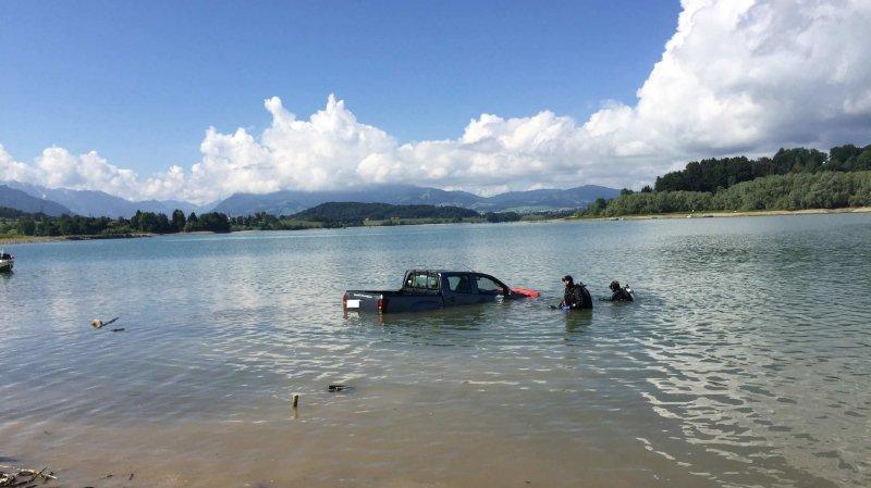 Se trouvant à une profondeur de 2,50 mètres, le véhicule a pu être sorti de l'eau à l'aide d'un tracteur et et des plongeurs de la police cantonale.