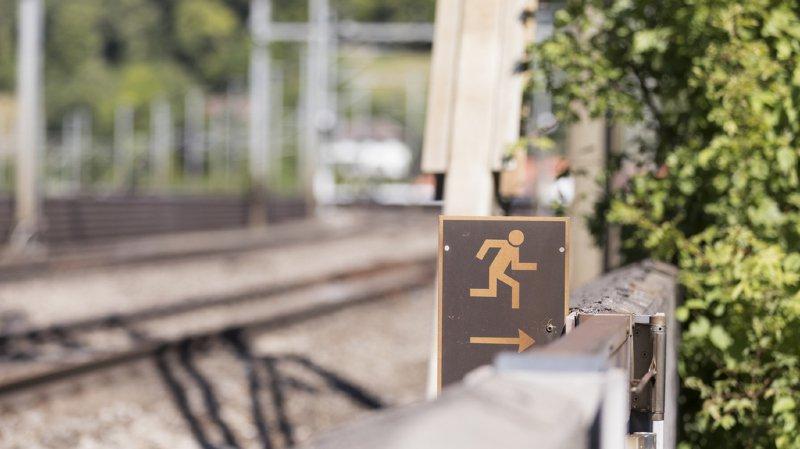 """Un homme ivre échappe à un train à l'arrêt """"Ange gardien"""""""